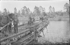 Pioneerien tekemä silta Tshirkka- Kemijoen yli on otettu käyttöön, sen ylittää tässä ensimmäiseksi purilaskuormasto,Ontrosenvaaran taistelun yhteydessä 9.8.1941.