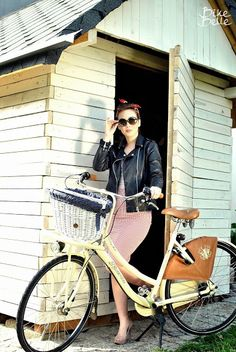 Bicycle commute in style  #pinup #bikebelle #cyclechic