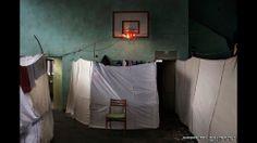Esta foto de una habitación dividida alojar temporalmente a refugiados sirios en la capital de Bulgaria, Sofía, fue tomada por Alessandro Penso, fotógrafo italiano de OnOff Picture. Ganó el primer premio en la categoría de foto única de noticias generales.
