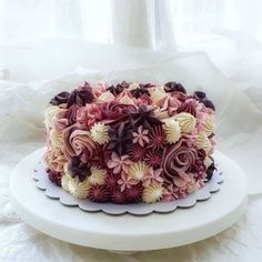Many individuals don't think about going into company when they begin cake decorating. Many folks begin a house cake decorating com Fancy Cakes, Cute Cakes, Pretty Cakes, Beautiful Cakes, Amazing Cakes, Birthday Cake With Photo, Flower Birthday Cakes, Flower Cakes, Cake Decorating Techniques