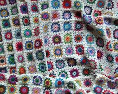 This blanket is spectacular. I love the way the joining yarn makes its own patterns in the corners so the whole blanket pop with colors. The little explosions of color is brilliant, no two circles are alike and you will be able to use up all your leftover yarns. Flowers in the snow by Solveig …