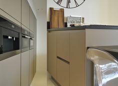 Kuchnia. Szafy wysokie w zabudowie gk. Wyspa. Blat kamienny. #architekturawnetrz #wnetrza #projektywnetrz #design #architecture #interiors #welovedesign #goodtaste #classicstyle #modernstyle #art #homeart #home #house #houseidea #pracowniawnetrz #interiorproject #meble #włoskistyl # freski  #siematic