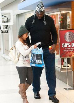 Nicole Alexander 5'1, Shaquille O'Neal 7'0 Short Couples, Odd Couples, Celebrity Couples, Short Girls, Celebrity News, Adorable Couples, Giant People, Tall People, Short People