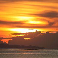 Чем ближе к лету - тем драматичнее закаты на Самуи.  Впрочем они в любое время года здесь такие что дух захватывает =) #закат #море #небо #цвета #облака #безфильтра #aboutsamui #thailand #samui #эбаутсамуи #самуи #таиланд