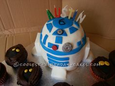Not a fan of fondant, but still a cool R2D2. And the Jawa cupcakes are absolutely adorable!! Definitely going to make those.