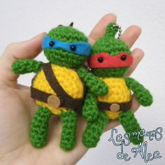 Little Turtle Ninja ~ Free Amigurumi Pattern ( English and Spanish) http://www.lasmanosdealea.com/2014/01/a-little-reyes-ninja-present-un-pequeno.html#more