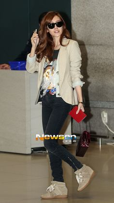 chic airport fashion... nice one Jessica! ;)