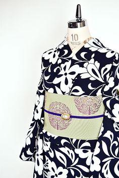 濃紺色地に白で染め出された大胆なアラベスク模様がロマンチックな注染レトロ浴衣です。