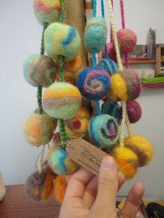 Tulmas de 6 pompones de puro vellon de lana con diseño...