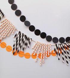 guirlande en papier à petits cercle noirs et orange, guirlande composée de pailles de longueur différente, decoration Halloween Diy Halloween, Origami, Decoration, Crafts, Inspiration, Jewelry, Orange, Party, Diy Garland