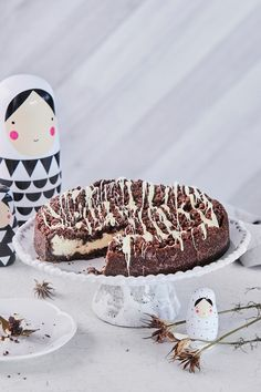 Liettualainen rahkakakku yhdistää rapean kaakaomurun, pehmeän rahkatäytteen ja sulan suklaan. Kakun pohja ja murupinta valmistuvat kätevästi samasta taikinasta. #meilläkotona #meilläkotonafi #pääsiäisleivonta #pääsiäisleivonnaiset #pääsiäiskakku