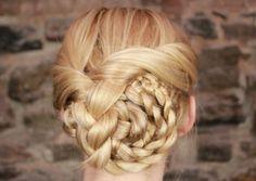 Schön gepflegte Flechtfrisur für langes Haar-geflochtener Dutt