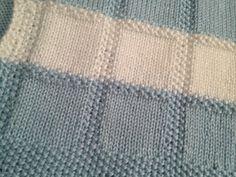 Tricotés à la main de moyen poids Caron simplement douce laine (100 % acrylique) dans les couleurs bleu blanc & - Dimensions approximatives : 35 long X 25 de large - il sagit dune petite couverture de bébé qui serait apte à utiliser dans une nacelle, le siège auto, la poussette ou pour envelopper un bébé - Machine lavable & lavées (fils étiquette w/lavage instructions incluses, mais aussi une petite boule de chaque couleur de fil)