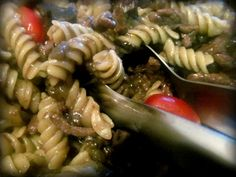 Pasta com funghi, carne e tomate cereja: www.confrariadacasserole.blogspot.com.br
