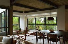 #olhomágicocj #triaarquitetura Esse apartamento na Vila Madalena, em São Paulo, fica na altura da copa das árvores. Então criamos uma decoração voltada para a contemplação. As poltronas fazem contraponto ao design contemporâneo da mesa e das cadeiras do jantar. Criar um mix de épocas de design é sempre positivo para criar um clima interessante e com personalidade! @triaarquitetura #projetotria #inspiração #architecture #interiordesign #residencial #arquitetura #quarto #natureza #sp