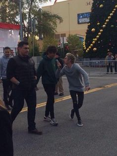 One Direction Universal Studios November 18, 2014. Niall Pretending to Interview Louis