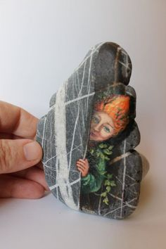 Express Kostenloser Versand Little Elf, Sprite des Waldes gemalt Kiesel. Strandkieselkunst - Mario - Painting Tips Forest Painting, Pebble Painting, Pebble Art, Stone Painting, Pebble Beach, Stone Crafts, Rock Crafts, Art Pierre, Watercolor Flower