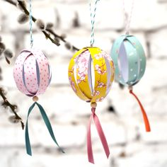 Mit diesen wunderschönen Ostereiern aus Papier kannst holst du dir den Frühling ins Haus! Das einfache DIY ist im Nu gebastelt und macht sich auch als kleines Geschenk ganz prima. Am besten du gehst gleich in Serie. Ein Tutorial von johannarundel.de