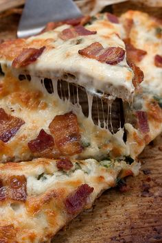 Ground chicken, cheese and spices make up the crust of this amazing carbless carbonara pizza | www.pickytoplenty.com