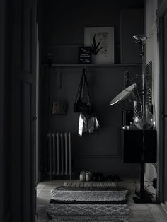 Love this dark grey hallway with light wood floors and gandia blasco gan rug Swedish Interiors, Dark Interiors, Hallway Inspiration, Interior Inspiration, Gray Interior, Home Interior Design, Dark Grey Hallway, Decoration Hall, Turbulence Deco