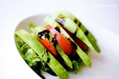 Avokado-tomaattilisäkesalaatti by Foodassion, via Flickr