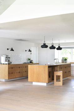 Awesome Spanish Kitchen Design Ideas To Inspire You 10 Danish Kitchen, Scandinavian Kitchen, Kitchen Modern, Scandinavian Interior, Luxury Homes Interior, Home Interior, Interior Livingroom, Interior Plants, Interior Modern