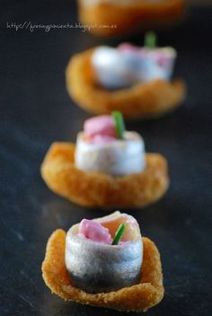 strawberry & pepper: Crunchy anchovy with mayonnaise beet Gourmet Appetizers, Finger Food Appetizers, Appetizers For Party, Finger Foods, Appetizer Recipes, Gluten Free Puff Pastry, Spanish Dishes, Mini Foods, Party Snacks