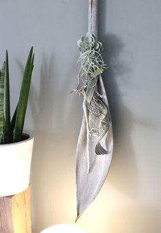 WD48 – Edle Wanddeko! Großes Kokosblatt weiß gebeizt, dekoriert mit natürlichen Materialien, Band und einer künstlichen Sukkulenten! Länge ca 100cm – Preis 49,90€