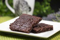 Brownies ohne Mehl und ohne Zucker   Schwarzgrueneszebra.de Paleo Dessert, Dessert Recipes, High Protein Low Carb, Low Carb Diet, Paleo Diet, Keto Cake, Yummy Food, Tasty, Low Carb Desserts