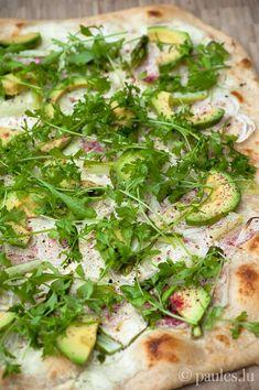 foodblog: paules ki(t)chen » Blog Archiv » • Flammkuchen mit grünem Spargel und Avocado