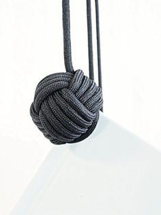 Uma das idéias simples (mas muiiiito charmosa) que achei, foi desse revisteiro feito com corda de macramé. Simples e minimalista!