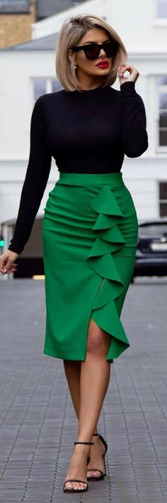 High waisted pencil skirt with fitted top Hoch taillierter Bleistiftrock mit tailliertem Oberteil The post Hoch taillierter Bleistiftrock mit tailliertem Oberteil & Frisur appeared first on Mode pour les femmes . Mode Chic, Mode Style, Work Fashion, Fashion Looks, Green Fashion, Fashion News, Autumn Fashion Curvy, City Fashion, Classy Fashion