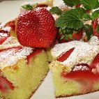 Jahodová bublanina • recept • bonvivani.sk Strawberry, Fruit, Food, Meal, The Fruit, Eten, Strawberry Fruit, Meals, Strawberries