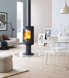Jøtul F 363 sits on an elegant cast iron pedestal. Living Room With Fireplace, Living Room Kitchen, Morso Wood Stove, Wood Stoves, Double Sided Stove, Modern Tv Units, Freestanding Fireplace, Pedestal, Log Burner
