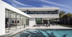 Pitsou Kedem Architects together with Tanju Özelgin designed a modern and minimalistic building called the Herzelia Pituah 4 House in Israel. Architecture Design, Residential Architecture, Fachada Colonial, Pitsou Kedem, Concrete Houses, Concrete Wall, Modern House Design, Interior And Exterior, Luxury Interior