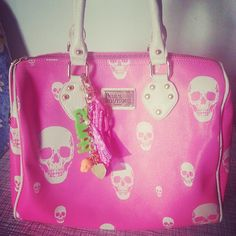 I don't really wear pink anymore, but this is super cute! Handbag Accessories, Fashion Accessories, Fashion Jewelry, Cheap Mk Bags, Skull Purse, How To Make Purses, Pink Skull, Skull Fashion, Unique Purses