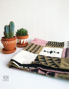 Un plaid aux motifs incas, verso en coton noir. Douillet comme il faut pour les soirées télé ;-)
