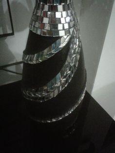 Jarron negro con diseño en espejo Mosaic Bottles, Mosaic Vase, Mirror Mosaic, Mirror Tiles, Cement Flower Pots, Mosaic Flower Pots, Mosaic Garden, Wine Bottle Crafts, Bottle Art