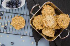 Seas o no el cocinitas de la casa, estos Muffins de avena y arándanos tienes que preparárselos a todos tus amigos y familiares ¡para que los prueben! ¡Una receta fácil, riquísima y que sólo con verla se te cae la baba :)! Ingredientes: 3 bananas pequeñas 2 tazas de avena integral en hojuelas 2 cucharadas de leche descremada o de almendra ¼ de taza de arándanos azules ¼ taza de almendras fileteadas Preparación: Precalentar el horno a 350◦ F/170 ºC Preparar un molde para muffins de