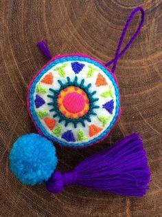 Este colgante de mandala está destinado a decorar un bolso, un mueble, una puerta, un llavero o cualquier rincón de la casa al que usted quiera dar un toque de color y calidez.  El mandala es un diseño original, bordado a mano con lanitas acrílicas de colores firmes e intensos, sobre tela de Hand Embroidery Flowers, Embroidery Patterns Free, Hand Embroidery Designs, Blackwork Embroidery, Embroidery Hoop Art, Embroidery Stitches, Embroidery Monogram Fonts, Flower Bag, Felt Crafts