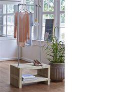 En garderobe lavet af nye traller med et galvaniseret stativ