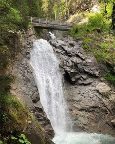 Der Günster Wasserfall der manchmal auch Günstner Wasserfall genannt wird befindet sich im Bezirk Murau am Schöderbach. Er ist mit einer Fallhöhe von 65 Metern der höchste Wasserfall der Steiermark und zählt zu den schönsten Wasserfällen im grünen Herzen Österreichs. Im Gegensatz zur Graggerschlucht ist der Weg hier schon etwas anspruchsvoller. Es geht recht steil bergauf und man geht teilweise auch über Holztreppen. Mehr dazu am Blog. Auf unserem YouTube Kanal gibts auch ein Video. Folgt… Youtube Kanal, Gin, Water, Blog, Outdoor, Instagram, Waterfall, Viajes, Nice Asses