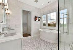 salle de bains blanche avec baignoire îlot et cabine de douche