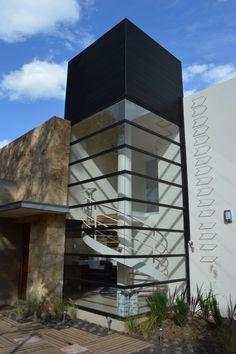 Busca imágenes de diseños de Casas estilo moderno: Cubo de escaleras. Encuentra las mejores fotos para inspirarte y y crear el hogar de tus sueños.