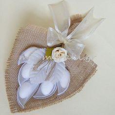 Χειροποίητη μπομπονιέρα γάμου ανθοδέσμη, λινάτσα στο χρώμα της άμμου με φυλλαράκια και διακοσμητικό λουλουδάκι αφής. Με Μεράκι http://me-meraki.gr/