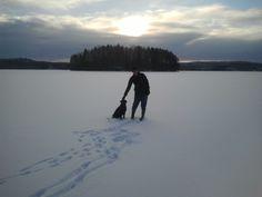 Talvella 2013 Elänne-järven jäällä Nekun kanssa.
