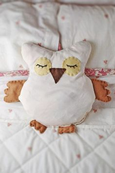 Owl pattern, DIY owl projects and DIY owl crafts have become very popular in the past couple of years. You can buy anything from small owl ornaments Sewing Hacks, Sewing Tutorials, Sewing Patterns, Bear Patterns, Doll Patterns, Fabric Crafts, Sewing Crafts, Sewing Projects, Diy Projects To Try
