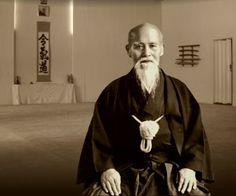 """""""Todos tenemos un espíritu que puede ser refinado, un cuerpo que puede ser entrenado de cierta manera, un sendero personal a seguir. Estás aquí con el único propósito de darte cuenta de tu divinidad interior y manifestar tu iluminación innata. Alimenta la paz en tu propia vida y luego aplica el arte a todo lo que encuentres"""".  Morihei Ueshiba (1883-1969) Fundador del Aikido, arte marcial japonés."""