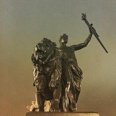 Royal Lion #london #igersuk #igerslondon #lion #royal #buckinghampalace #l4l #statue #skyporn by social20cent
