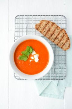 I eat a soup almost every week. That is why I regularly try something new, such as this one Roasted paprika soup. It is super simple to make, like mos. Roasted Pepper Soup, Stuffed Pepper Soup, Roasted Peppers, Stuffed Peppers, Veggie Recipes, Soup Recipes, Vegetarian Recipes, Cooking Recipes, Healthy Recipes